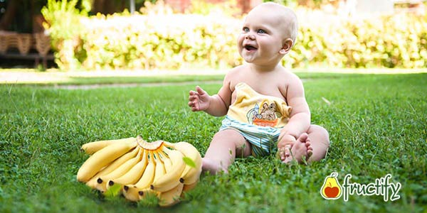 Бананы и ребёнок на траве