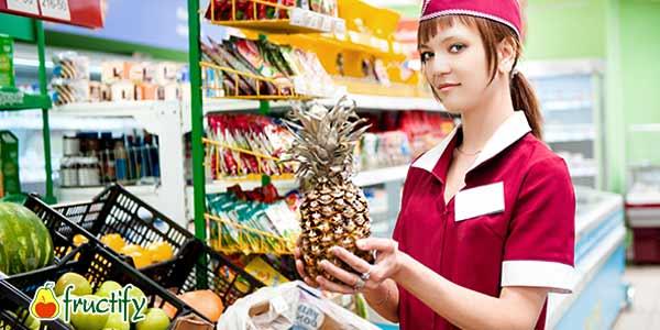 выбор-ананаса-в-магазине