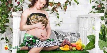 беременная девушка с фруктами