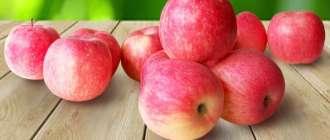 Яблоки фуджи на столе
