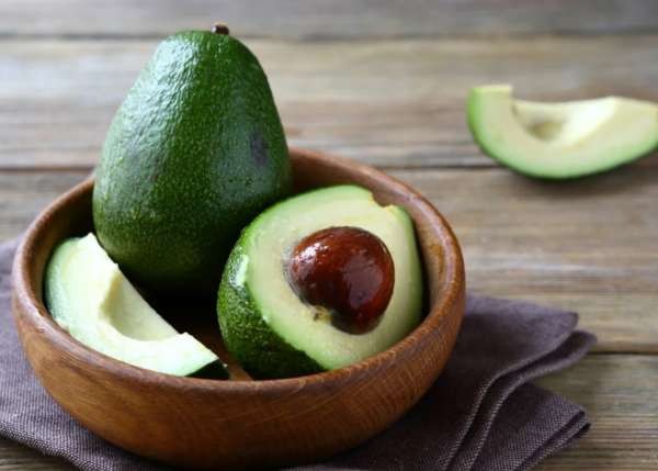 авокадо в тарелке