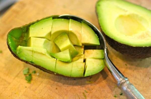 чистить авокадо